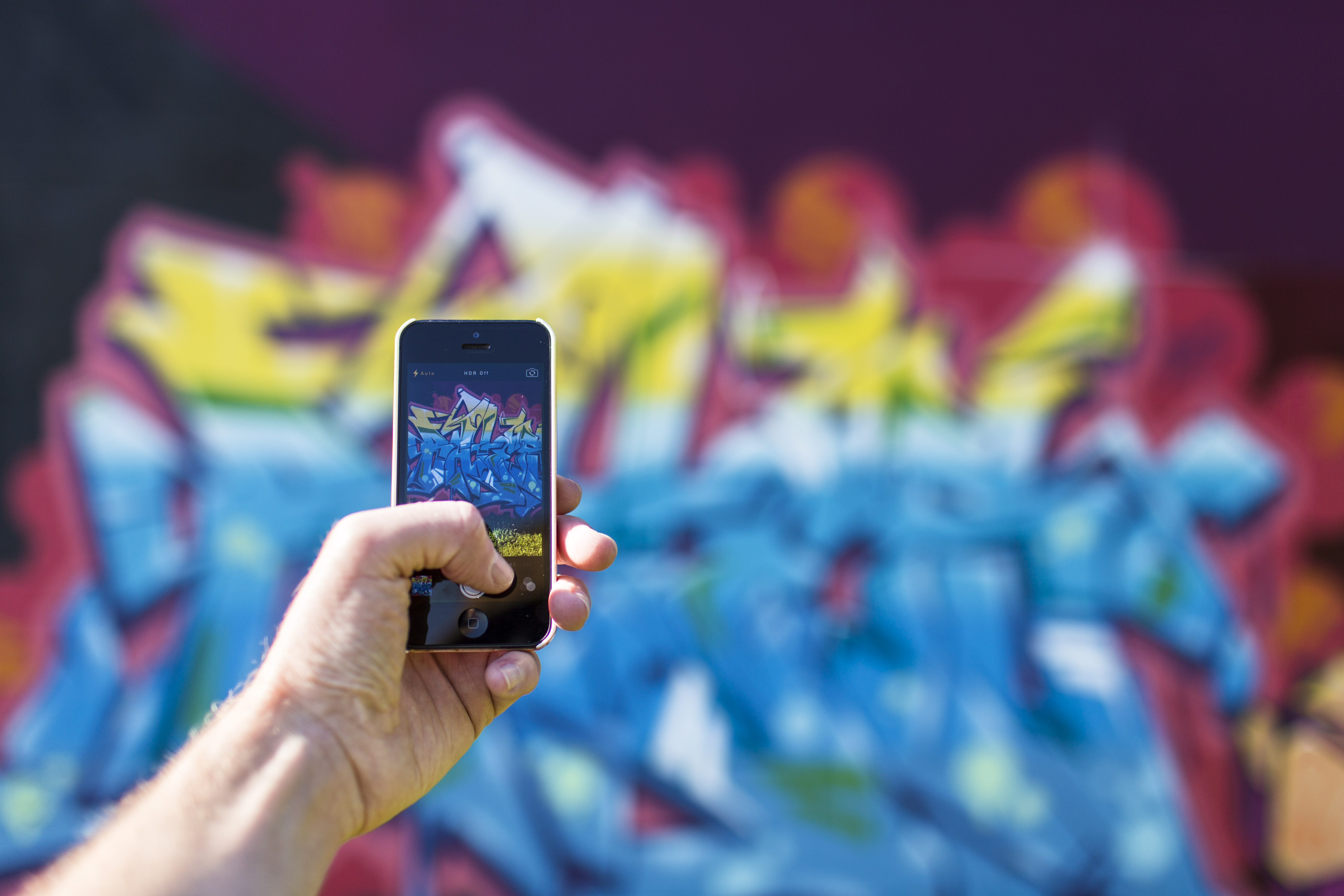 iphone-smartphone-taking-photo-graffiti